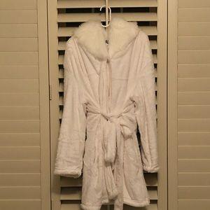 NWOT Topshop White Faux Fur Robe, L